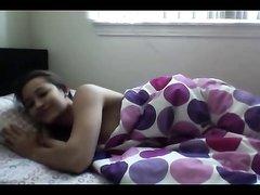 Фигуристая девушка на вебкамеру занялась домашней мастурбацией в постели