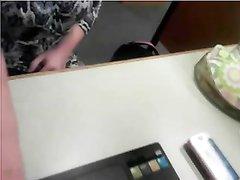 Студентка в библиотеке на вебкамеру устроила онлайн любительскую мастурбацию