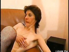 Волосатая киска зрелой француженки в чулках нуждается в любительском сексе
