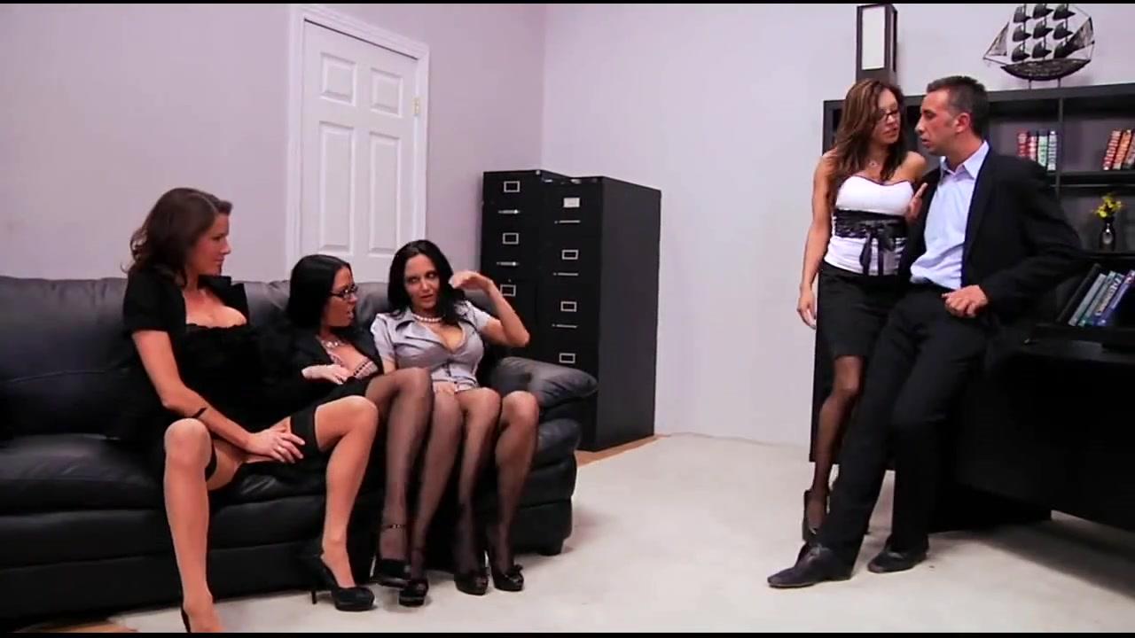 Зрелые бизнес леди в групповом домашнем видео сняли опытного профессионала
