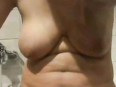 Грудастая толстуха в домашнем видео крупным планом показывает волосатую дырку