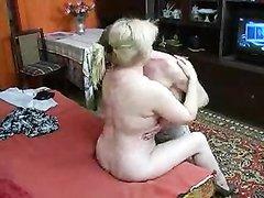 Русская зрелая блондинка в домашнем видео отдалась студенту после куни