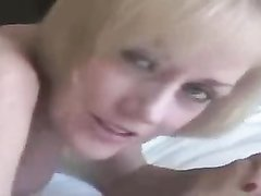 Грудастая блондинка с бритой киской выбрала секс втроём с окончанием внутрь
