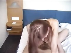Рыжая шалава с большими сиськами радует домашним сексом постоянного клиента