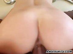 Фигуристая блондинка перед домашним сексом жадно отсасывает член партнёра