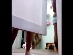 Скрытая камера снизу записывает домашнее видео с подглядыванием за студенткой