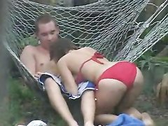 На даче супружеская пара занята любительским сексом на радость подглядывающего соседа