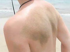 Красотку с маленькими сиськами сняли в любительском видео на нудистском пляже