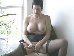 Красивая зрелая брюнетка в чулках и секс игрушка для любительской мастурбации
