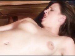 Шлюха с гладкой киской в любительском видео трахнувшись открывает рот для спермы