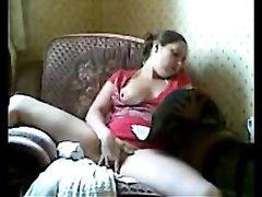 Молодая пышная домохозяйка в горячем видео дрочит мокрую дырочку пальчиками