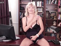 Для любительской мастурбации с секс игрушкой зрелая блондинка разделась