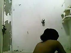 Любительское онлайн подглядывание через скрытую камеру за волосатой смуглянкой