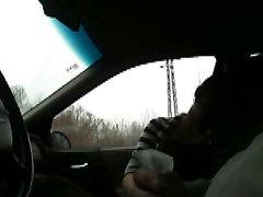 Пассажирка в красных чулочках в любительском видео сосёт член таксиста