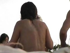 В групповом домашнем видео брюнетка трахается с мужем и бритоголовым гостем