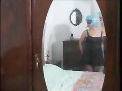 В любительском групповом видео зрелая итальянка трахается надев маску и парик