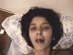 Молодая смуглянка крупным планом в домашнем видео от первого лица глотает сперму
