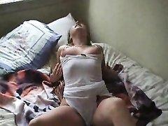 Грудастая женщина в домашнем видео страстно пальчиками дрочит клитор
