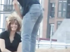 Необузданная страсть привела парочку к любительскому сексу прямо на улице