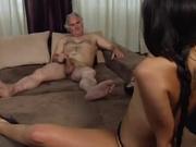 Брюнетка с маленькими сиськами в домашнем видео садится на лицо зрелого партнёра