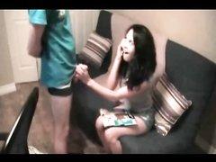 В любительском видео с буккакэ брюнетка перед скрытой камерой изменяет мужу