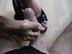Госпожа с красивыми ногами в видео с женским доминированием с поклонником фут фетиша