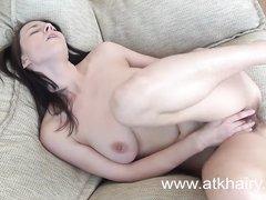Фигуристая дама с аппетитной попой в любительском видео раздевшись дрочит волосатую киску