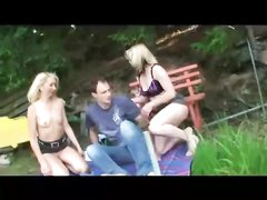 Пикник с двумя блондинками обернулся любительским сексом втроём на природе