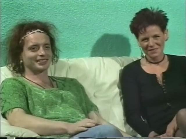 В домашнем анальном видео парни прокачали попу зрелой подруге в чулках