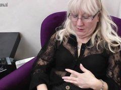 Зрелая блондинка в чулках в любительском видео дрочит бритую киску крупным планом