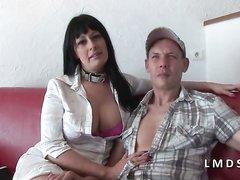 Для домашнего анального секса втроём зрелая француженка пригласила парней