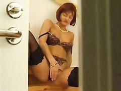 Рыжая зрелая развратница в чулках дрочит киску перед домашним сексом на лестнице