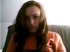 Озабоченная домохозяйка перед вебкамерой приподняв блузку показывает сиськи