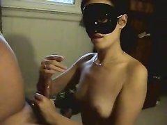 Брюнетка с маленькими сиськами в домашнем видео надев маску мастурбирует член