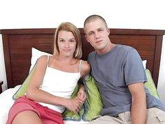 Молодожёны легли в постель для любительского секса с нежным куни и минетом