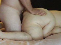 Толстая зрелая блондинка в любительском видео отдалась лёжа на карачках