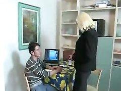 Молодой чувак лижет киску зрелой блондинке в чулках перед любительским сексом