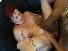 Зрелая блондинка в чулках и рыжая толстуха вызвали любовника для секса втроём