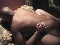 Белая фигуристая красотка в домашнем видео изменила мужу с энергичным негром