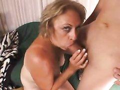 Зрелая шалава с большими сиськами на секс свидании строчит домашний минет
