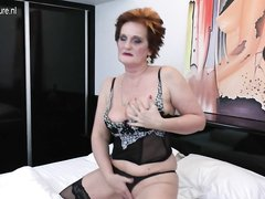 В постели для видео крупным планом зрелая домохозяйка в чулках пальчиками дрочит киску