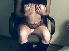 Красотка в кожаных сапогах онлайн на вебкамеру занялась любительской мастурбацией