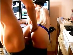 Блондинка в чулках обожает домашний анальный секс с коллегой на работе
