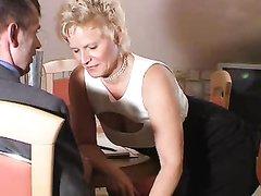 Зрелая немецкая блондинка в любительском анальном видео сосёт и трахается в попу