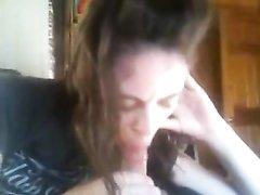 Виртуозно в домашнем видео от первого лица студентка берёт в рот возбуждённый член