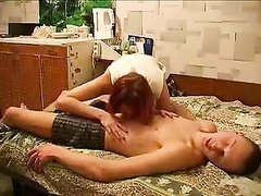 В русском видео зрелая рыжая домохозяйка соблазнила пылкого студента