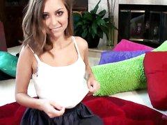 Красотка с маленькими сиськами в видео от первого лица глотает сперму после домашнего минета