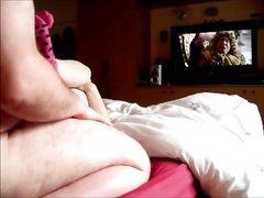 Британка перед скрытой камерой в постели балдеет от домашнего секса с толстяком