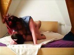 Грудастая рыжая домохозяйка трахается перед скрытой камерой в немецком видео