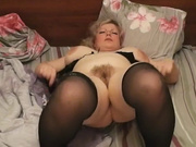 Толстая зрелая блондинка в чулках в любительском видео дрочит вибратором щель